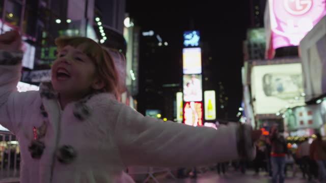 vídeos de stock, filmes e b-roll de slo mo ms girl dancing on time square at night / manhattan, new york city, new york state, usa - escrita ocidental