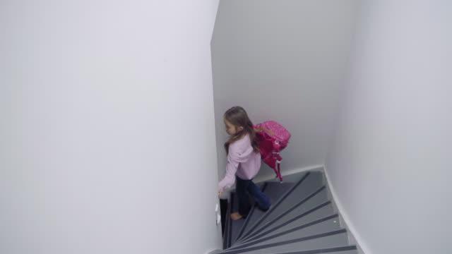 vidéos et rushes de girl descending steps - seulement des petites filles