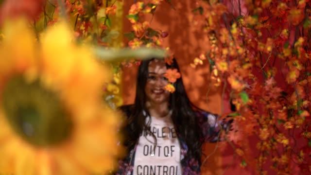 vídeos de stock, filmes e b-roll de garota descoberta flores - américa do sul