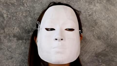 vidéos et rushes de déguisement de fille avec le masque, jouant avec le masque - enlever