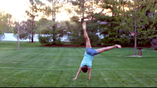 stockvideo's en b-roll-footage met girl doing cartwheels - alleen één meisje