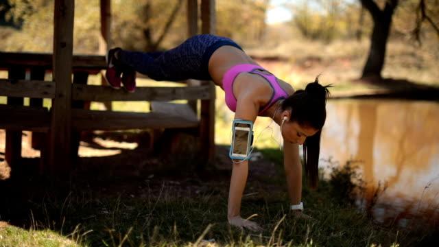 vídeos y material grabado en eventos de stock de chica haciendo ejercicios - entrenamiento sin material