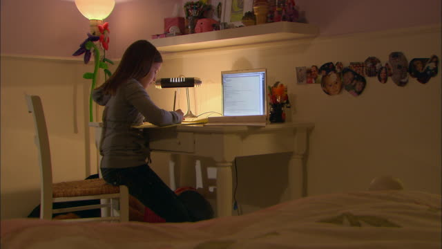vídeos y material grabado en eventos de stock de ms, girl (10-11) doing homework at desk, using laptop - deberes