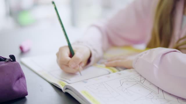 girl doing homework - 消しゴム点の映像素材/bロール