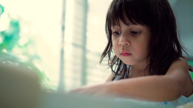 vidéos et rushes de fille (6-7 ans) à faire leurs devoirs - sagesse
