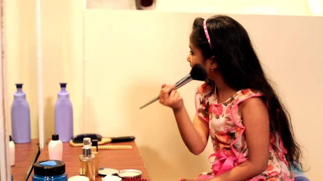 vidéos et rushes de girl doing make-up in front of mirror, delhi, india - pinceau à blush