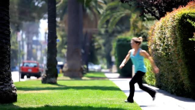 mädchen tun parkour--back-flip von tree - akrobatische aktivität stock-videos und b-roll-filmmaterial