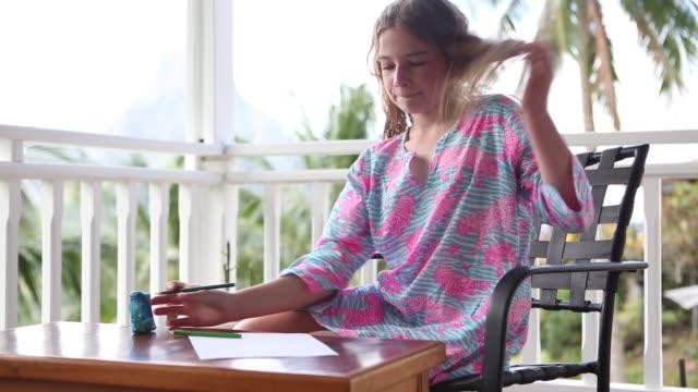 vídeos y material grabado en eventos de stock de girl drawing on low table - sacapuntas