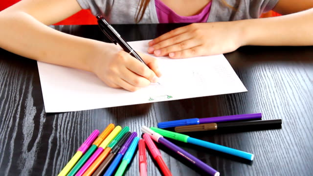 vídeos de stock e filmes b-roll de menina desenho em papel. - caneta de feltro