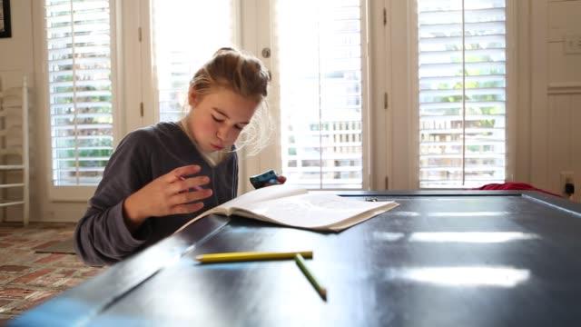 vídeos y material grabado en eventos de stock de girl drawing - sacapuntas