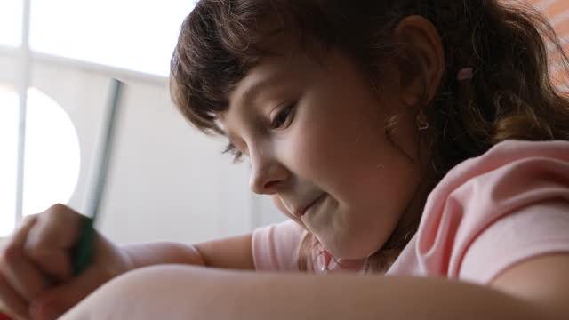 色鉛筆で描く女の子 - dia点の映像素材/bロール