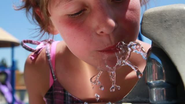 stockvideo's en b-roll-footage met cu girl drinking from water fountain / tracy, ca, united states - drinkwater