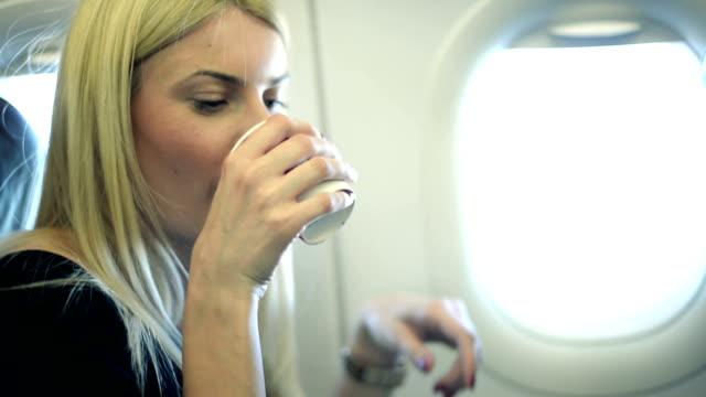mädchen trinken im flugzeug - kaffee getränk stock-videos und b-roll-filmmaterial