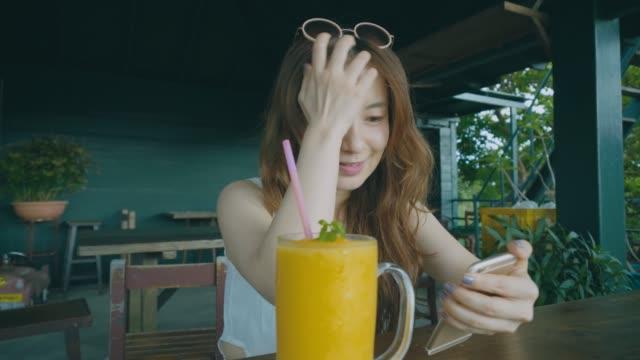 ガールのドリンクオレンジジュース - 美しい人点の映像素材/bロール