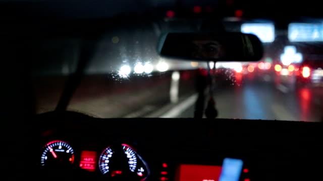 vídeos y material grabado en eventos de stock de chica conduciendo un coche en una noche de lluvia - austria