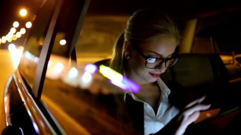 mädchen in der nacht im taxi fahren - frauen stock-videos und b-roll-filmmaterial