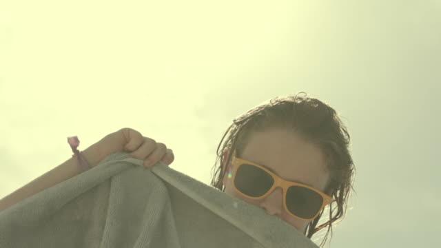 vidéos et rushes de girl drying her hair off at the beach - cheveux mouillés