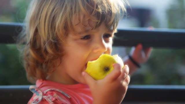 stockvideo's en b-roll-footage met hd: girl eating an apple - bijten