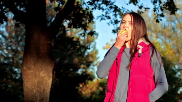 vidéos et rushes de fille mangeant une pomme - bouche humaine
