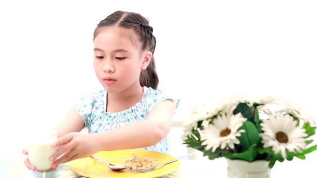 girl eating fried rice. - endast flickor bildbanksvideor och videomaterial från bakom kulisserna