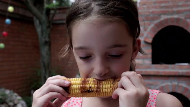 Girl 食べる焼きトウモロコシ