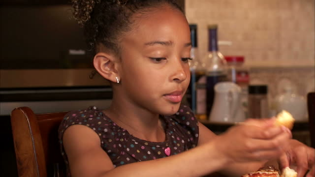 cu girl (6-7) eating pizza / salt lake city, utah, usa - korta ärmar bildbanksvideor och videomaterial från bakom kulisserna