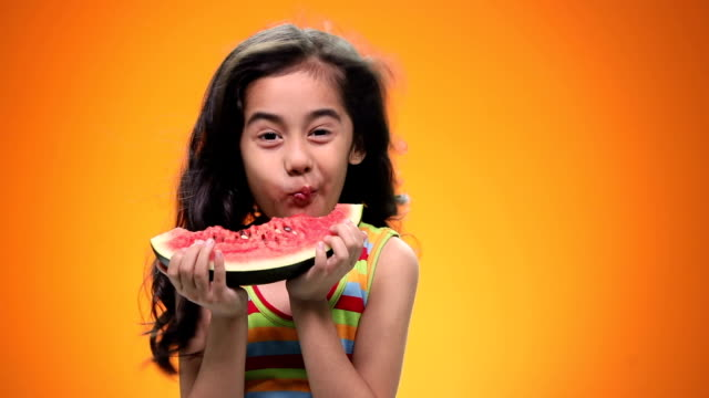 vídeos de stock, filmes e b-roll de girl eating watermelon - sem manga