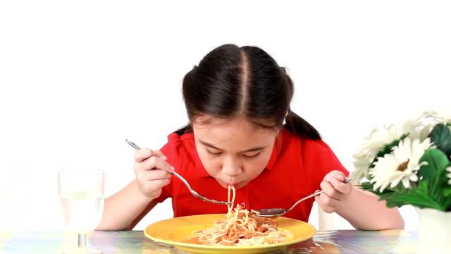 ragazza eatting spaghetti montaggio. - spaghetti video stock e b–roll