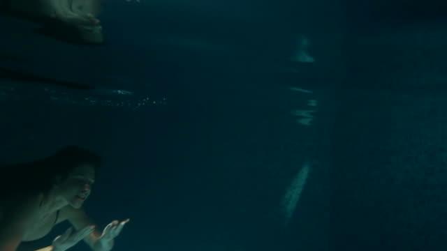 Mädchen, die aus dem Wasser