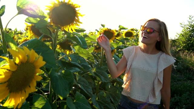 girl enjoy in sunflower field - giovane nell'animo video stock e b–roll