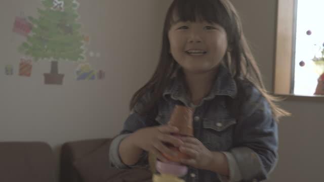 girl enjoying in the room - 屋内点の映像素材/bロール