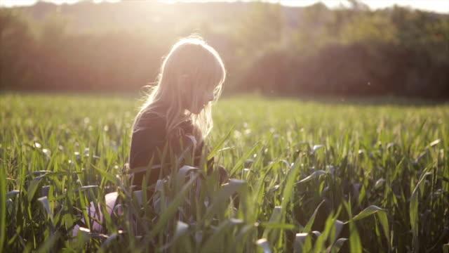 Mädchen Genießen Sie das Weizen Feld