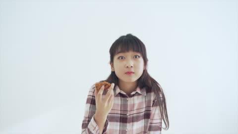 a girl enjoys a chicken meal - vorderansicht stock-videos und b-roll-filmmaterial
