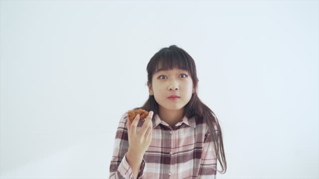 a girl enjoys a chicken meal - 飲食点の映像素材/bロール
