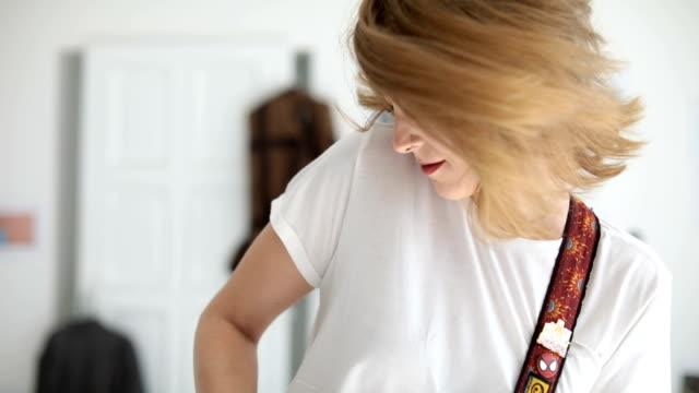 mädchen genießt spielt gitarre - gitarre stock-videos und b-roll-filmmaterial