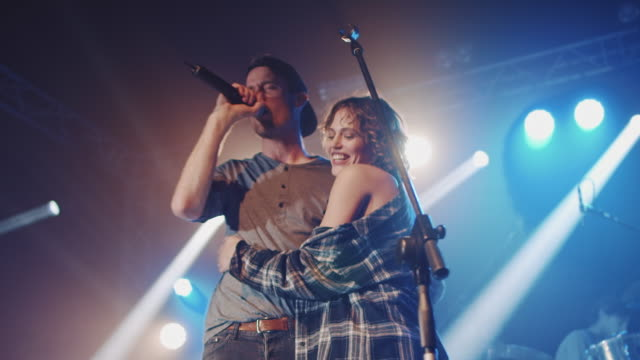 vídeos de stock, filmes e b-roll de menina entrar em palco - palco