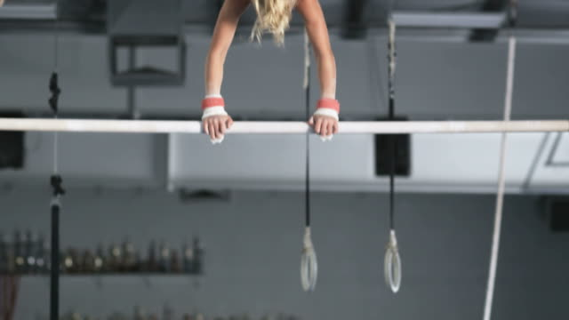 ms girl (10-11) exercising on uneven bars, orem, utah, usa - sbarra da ginnastica video stock e b–roll