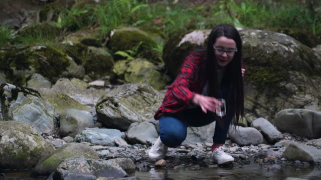 vidéos et rushes de girl explorer collecting water sample in a beaker for stem research - seulement des jeunes filles