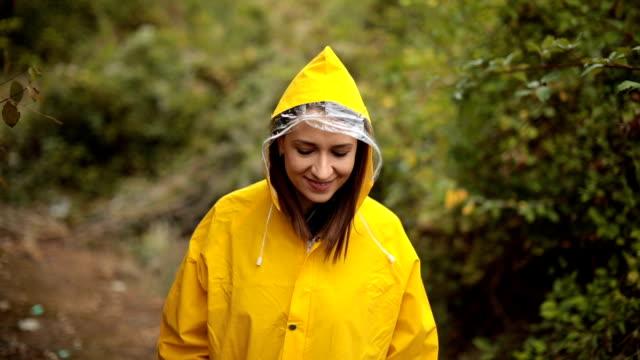 vidéos et rushes de jeune fille exploration nature jour de pluie - vêtement de pluie