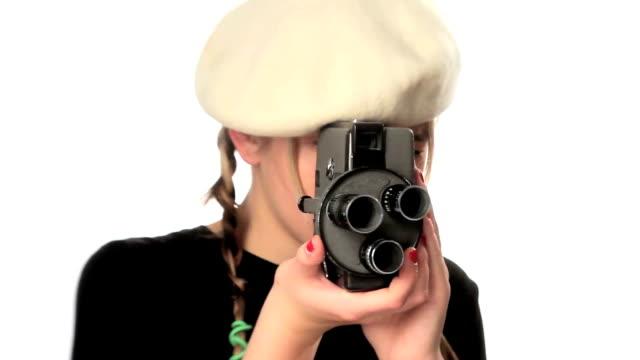 vídeos y material grabado en eventos de stock de chica con cámara antigua de filmación. - boina