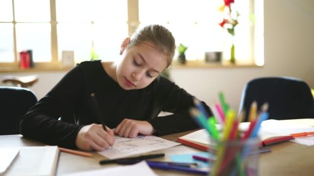 mädchen beenden hausaufgaben in der schule - text schriftsymbol stock-videos und b-roll-filmmaterial