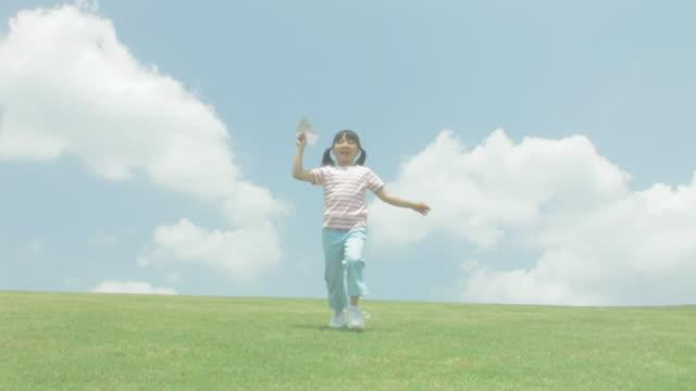 vídeos y material grabado en eventos de stock de girl flying paper plane - avión de papel