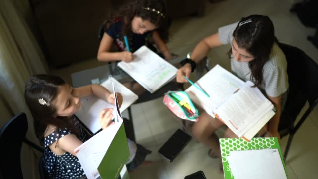 vídeos de stock, filmes e b-roll de amigas ou familiares estudando juntos em casa - caderno de anotação