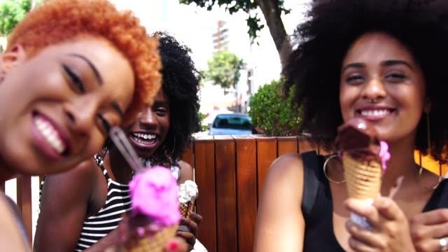 vídeos de stock, filmes e b-roll de amigas tomando um selfie comendo um sorvete - adolescentes meninas