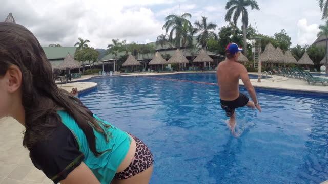 girl gets out of pool and man jumps in. - kelly mason videos 個影片檔及 b 捲影像