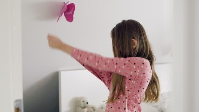 vidéos et rushes de girl getting dressed - seulement des petites filles