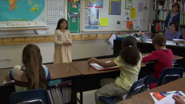 vidéos et rushes de ms, girl (8-9) giving presentation in class - 8 9 ans
