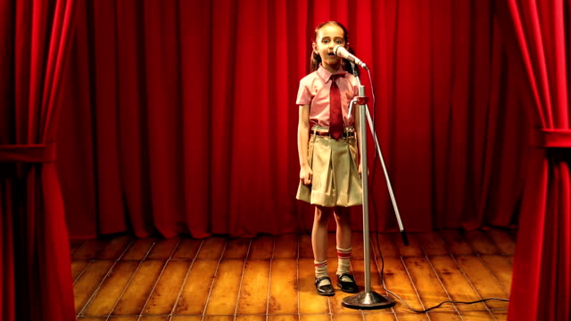 stockvideo's en b-roll-footage met ms girl giving speech on stage at annual day - toespraak