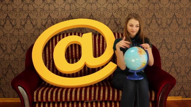 vídeos y material grabado en eventos de stock de girl, mundo y a - símbolo de arroba