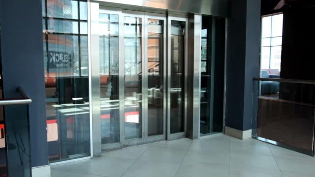 Chica va desde el ascensor en edificio de oficinas